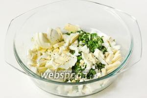 Яйца нарезаем мелкими кубиками, соединяем с луком, солим и перчим начинку по вкусу.