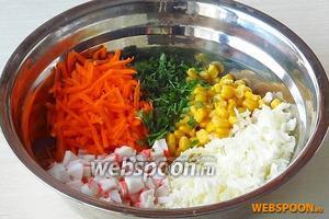 Соединить все подготовленные ингредиенты и добавить отцеженную от заливки кукурузу.