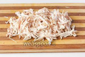 Мясо копчёной куриной грудки нарываем руками на волокна (без кожи).