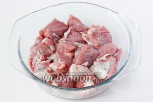 Свинину нарезаем кусочкам среднего размера.