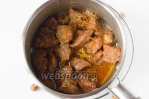Подаём медовую свинину в горячем виде, к овощному или крупяному гарниру.