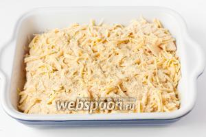 Сыр посыпаем панировочными сухарями.
