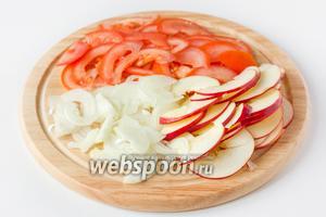 Яблоко и помидор моем, репчатый лук чистим. У яблока удаляем хвостик и сердцевину, у помидора вырезаем плодоножку. Нарезаем лук, помидор и яблоко тонкими полукольцами.
