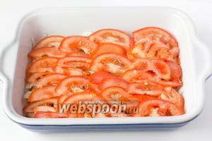 На лук выкладываем цельным слоем ломтики помидора.