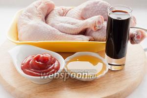 Для приготовления вам понадобятся: куриные бёдра и голени, соевый соус, мёд и кетчуп.