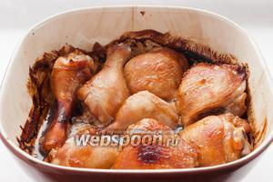 Еще через 25 минут запечённая курица в соевом соусе с мёдом и кетчупом готова. Оставшийся при запекании соус можно перелить в соусник и подавать к гарниру.