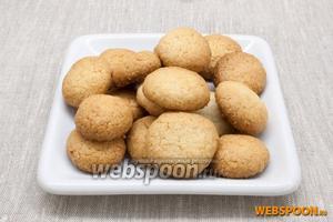 Выпекать около 20 минут. Остывшее печенье можно посыпать сахарной пудрой.