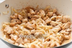 Добавить лук и обжаривать его с куриным филе на среднем огне до мягкости (3-5 минут).