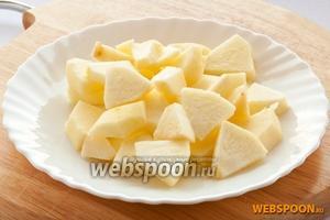 Яблоко очистить от кожицы, удалить сердцевину, порезать на четвертинки, а затем ломтиками.