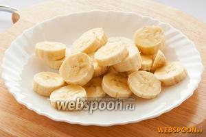 Банан так же порезать кружочками.