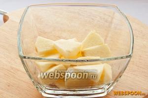 Начинаем выкладывать фруктовый салат: вниз кладём яблоки.