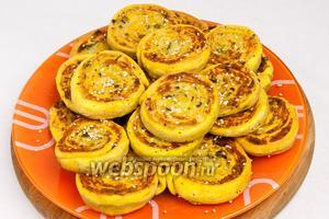 Выложить на блюдо и подавать с томатным соусом или сметаной.