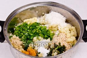 Тем временем приготовить начинку. Отварить картофель, сделать пюре. Затем добавить зелень, кокосовую стружку, кунжут, соль, сахар, имбирь и карри. Тщательно перемешать.