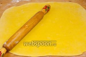 Присыпать стол мукой и раскатать тесто в тонкий пласт (3-4 мм) размером примерно 50х35 см.
