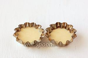 Формочки для выпечки кексов смазать растительным маслом (силиконовые можно не смазывать) и наполнить тестом не больше чем на 2/3 обьёма. Выпекать 15 минут при 230 ºC и ещё 15 минут при 180 ºC.