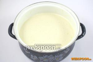Яичные желтки отделите от белков. Размешайте желтки с 0,5 стакана молока, солью и сахаром. Не прекращая перемешивание, всыпьте постепенно муку. Потом влейте растительное масло и постепенно введите в тесто 2 стакана молока. Тщательно перемешайте, чтобы не было комков.