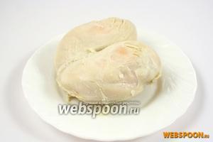 Куриное филе отварите в слегка подсоленной воде.
