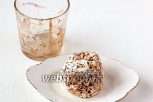 Перевернуть формочку — десерт легко отделится от стенок.