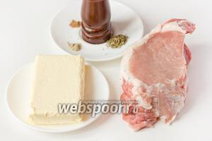 Для приготовления «масляного» мяса нам понадобится хороший кусок свиной корейки без кости, сливочное масло, соль, чёрный, красный и белый молотые перцы и прованские травы (или любые другие сухие травы на ваш вкус).