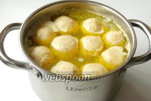 Через 10-15 минут кнели всплывут и суп будет готов.