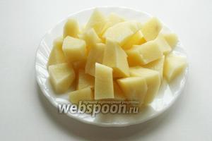 Картофель режем кубиками.