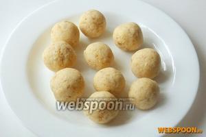 Из полученной смеси формируем кнели размером чуть больше грецкого ореха.
