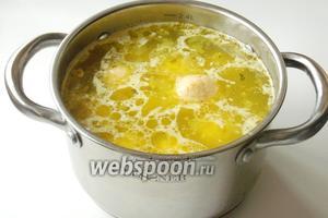 Когда овощи почти сварились, бросаем макароны, а вслед за ними кнели. Солим и приправляем суп по вкусу.
