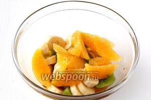 Апельсин очистить от шкурки и плёнок. Выложить в посуду с соусом.