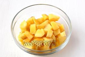 Тем временем очистить манго и нарезать кубиком.