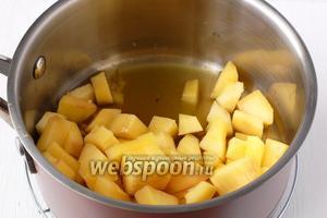 В кастрюлю выложить манго и 5 столовых ложек соуса из посуды с фруктами (в этом соусе уже будет и фруктовый сок). Протомить манго в соусе на огне 2-3 минуты.