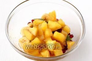 Половину манго добавить к фруктам.