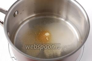Процедить и добавить в отвар ванильный сахар и быстрорастворимый желатин. Размешать до полного растворения желатина.