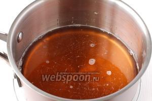 В тёплую смесь добавить вино. Охладить в холодильнике до застывания желе.