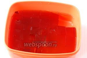 Порезать желе из глинтвейна на небольшие кубики.