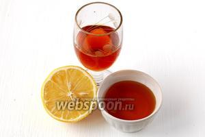 Для соуса, в котором будут мариноваться фрукты, нам понадобится мёд, коньяк, лимонный сок. От того, какой сорт мёда вы выберете, добавятся дополнительные нотки в салате.