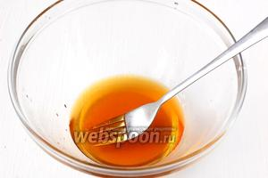 Соединить мёд, коньяк и лимонный сок.