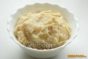 Куриное филе измельчаем с репчатым луком в блендере. Солим по вкусу. Получаем фарш.