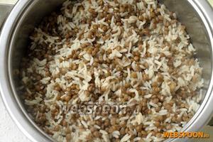 В кастрюле с толстым дном смешать полуготовую чечевицу и рис, залить 2,5 стаканами кипятка. Поставить на медленный огонь, посолить, накрыть крышкой и варить до готовности риса и чечевицы.
