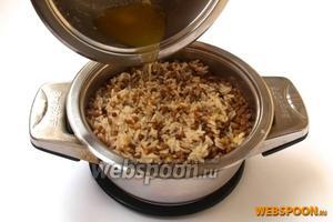 В готовую мжаддару влить раскалённое топлёное масло и оставить на 5 минут.