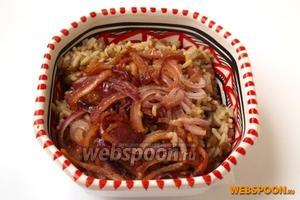 Подавать в тарелках выложив сверху лук.