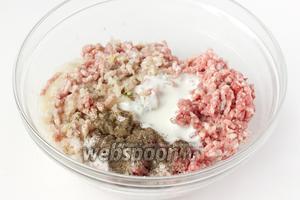 Свиной фарш соединяем с кефиром, измельчённым луком и чесноком, солью, чёрным молотый перцем.
