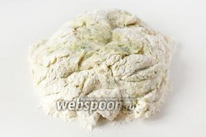 Ещё раз перемешиваем, подсыпая ещё около 100 граммов муки. Выкладываем тесто на рабочую поверхность.