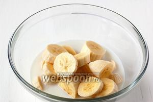 Бананы очистить, порезать и соединить с 1,5 стакана холодного молока.