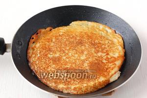 Выпекать картофельные блины на сковороде, смазанной растительным маслом, с обеих сторон до золотистого цвета.