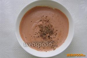 Готовим соус: сметану смешиваем с томатной пастой, мускатным орехом, свежемолотым перцем.