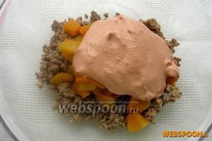 В тыквенно-мясную смесь кладём лук и соус, перемешиваем, добавляем оставшуюся тыкву, так кусочки сохранят естественный цвет.