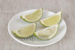 Лайм промыть, разрезать на 4 части. Из 3 выдавить сок на измельчённую мякоть авокадо. Одну четвертинку оставить для украшения.