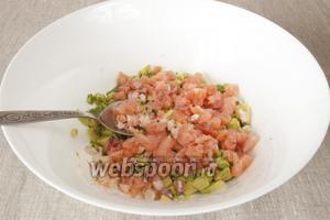Рыбу мелко нарезать и добавить в миску. Добавить 1 ст. л. оливкового масла, приправить перцем и перемешать тартар.