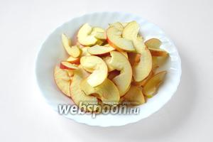 Яблоки тщательно промываем горячей водой (мы будем использовать яблоки с кожурой). Нарезаем яблоки тонкими ломтиками.