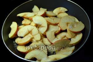 Выкладываем яблоки на сковороду с горячим подсолнечным маслом, присыпаем сверху сахаром и слегка карамелизуем.